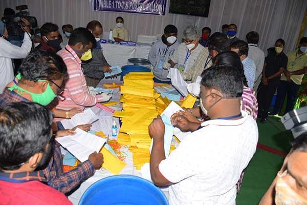 దుబ్బాకలో తెరాస ఆధిక్యం-బీహార్లో పోటాపోటీగా ఆధిక్యం